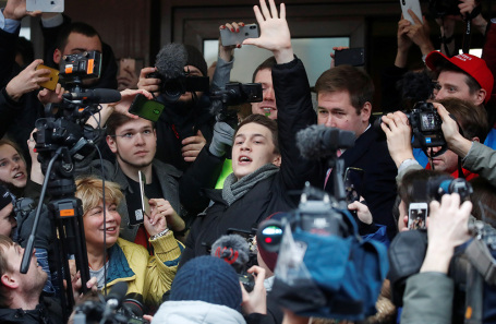 Егор Жуков (в центре) у здания Кунцевского суда.