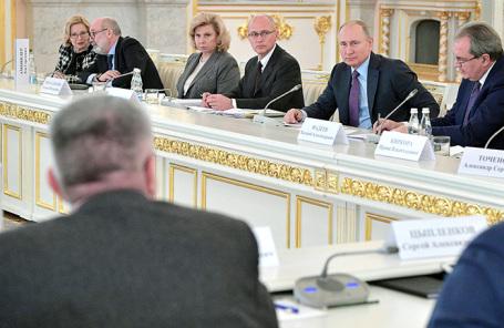 Владимир Путин (на втором плане второй справа) в Кремле во время заседания Совета при президенте РФ по развитию гражданского общества и правам человека.