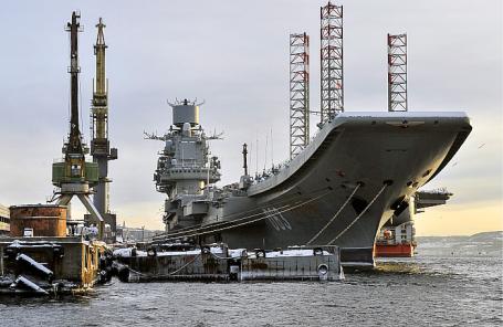 Тяжелый авианесущий крейсер «Адмирал Кузнецов» в порту Мурманска.