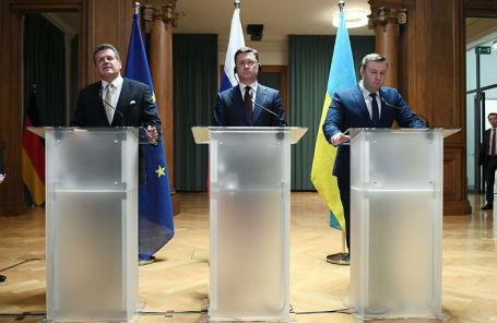 Марош Шефчович, Александр Новак и Алексей Оржель на пресс-конференции в Берлине.