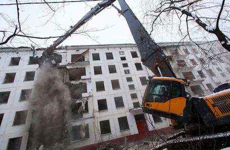 Cнос пятиэтажного жилого дома по программе реновации.