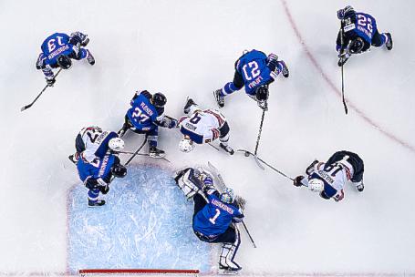 Эпизод матча молодежного чемпионата мира по хоккею. Архив.