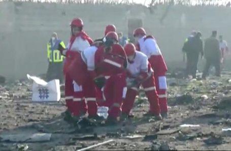 Спасатели на месте крушения Boeing 737.