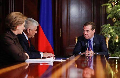 Премьер-министр России Дмитрий Медведев на встрече с главой МВД Владимиром Колокольцевым и руководителем Роспотребнадзора Анной Поповой.