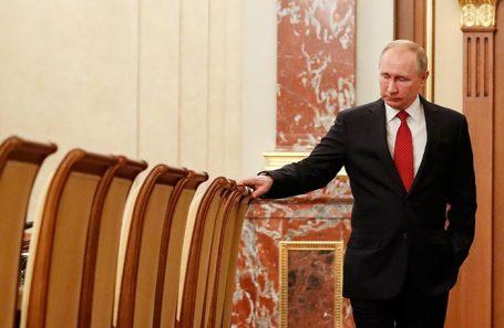 Президент России Владимир Путин перед встречей с членами правительства России.