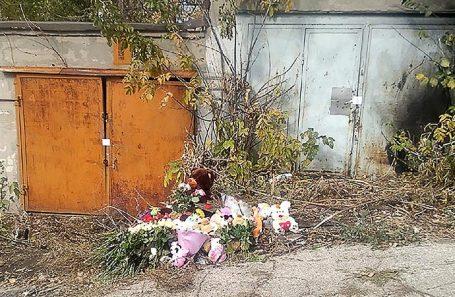 Цветы на месте убийства девочки в Саратове. Октябрь 2019 года.