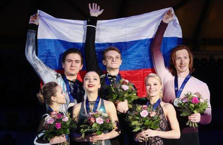 Церемония награждения призеров соревнований среди спортивных пар.