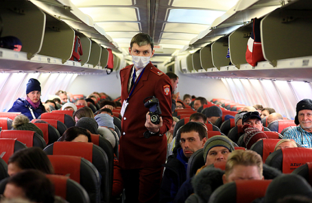 Сотрудник Роспотребнадзора проверяет тепловизором пассажиров.