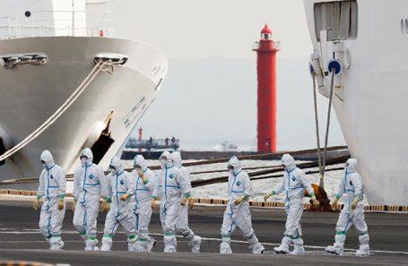 Медицинские работники у круизного лайнера Diamond Princess.