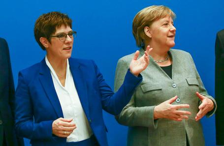 Аннегрет Крамп-Карренбауэр (слева) и Ангела Меркель.
