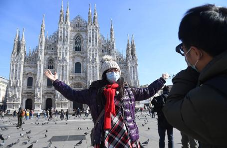 Туристы из Китая у Миланского собора.