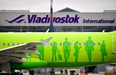 Самолет авиакомпании S7 Airlines в международном аэропорту Владивостока.