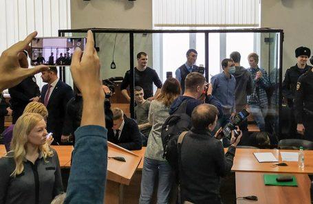 Фигуранты террористической организации «Сеть» в зале суда в стеклянном боксе.