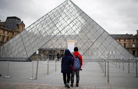 Туристы у закрытых дверей Лувра. Париж, Франция.