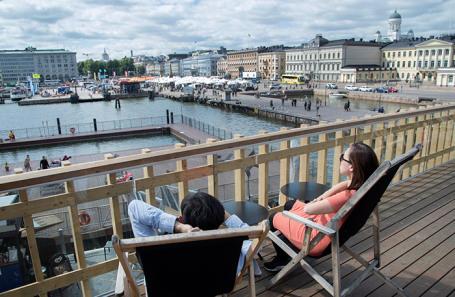 Люди в ресторане в Хельсинки, Финляндия.