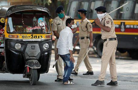 Полицейские в Мумбае  остановили водителя за нарушение карантинного режима.