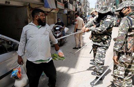 Полицейский рейд в Нью-Дели в отношении лиц, нарушающих карантин.