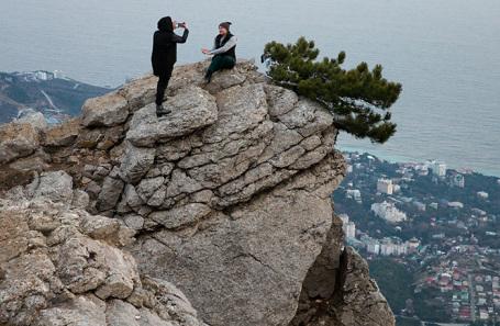 Туристы во время прогулки на плато Ай-Петри в Крыму.