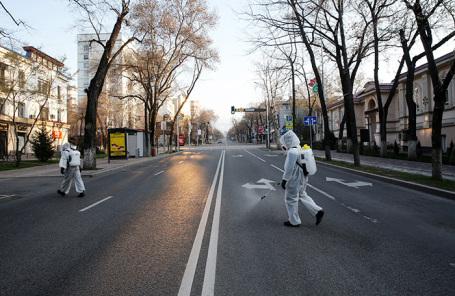 Дезинфекция улицы в Алма-Ате, Казахстан.