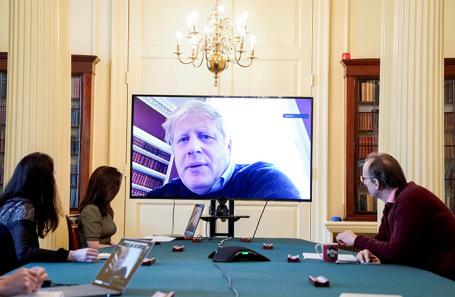 Глава правительства Великобритании Борис Джонсон за работой во время карантина на Даунинг-стрит.