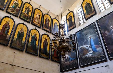 Иконостас в Александровском подворье Императорского православного палестинского общества в Иерусалиме.
