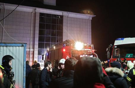 Машины пожарных на месте происшествия.