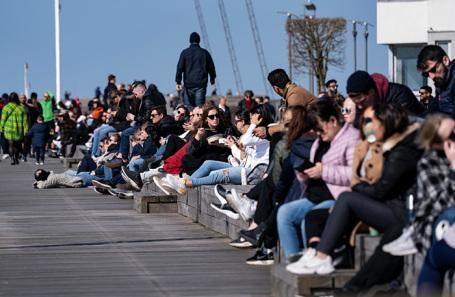 Люди на набережной в Мальме, Швеция.