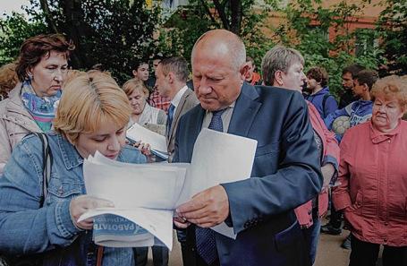 Иван Жуков во время работы с жителями Московской области.