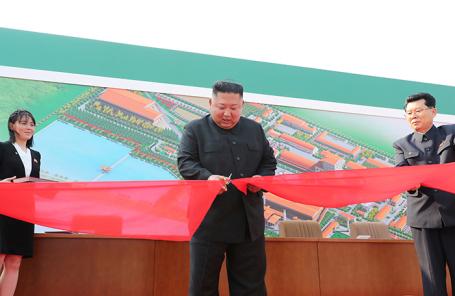 Ким Чен Ын участвует в открытии завода удобрений на севере Пхеньяна, 2 мая 2020 года.