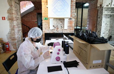 Изготовление медицинских масок в Планетарии №1 в Санкт-Петербурге.