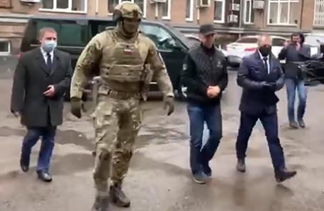 Бывший депутат Законодательного собрания Красноярского края и предприниматель Анатолий Быков (в центре на втором плане) во время задержания.