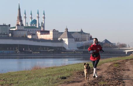 Девушка во время пробежки в Казани.