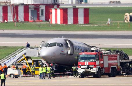 Самолет Sukhoi Superjet 100 в аэропорту «Шереметьево» после ликвидации возгорания. 6 мая 2019 года.
