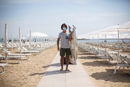 Пляж в итальянском Чезенатико открылся после ослабления карантина.