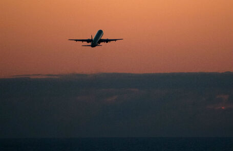Самолет на взлете из аэропорта Сочи.