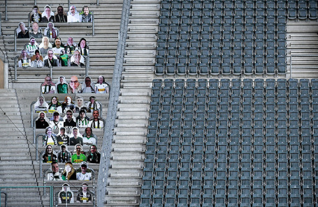 Болельщики-манекены на стадионе во время пандемии коронавируса.