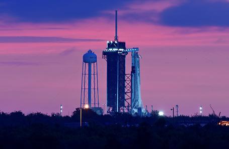 Ракета-носитель Falcon-9 с кораблем SpaceX Crew Dragon в Космическом центре Кеннеди. Флорида, США.