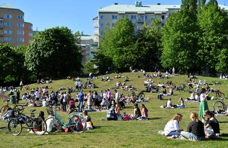 Люди в парке в Стокгольме, Швеция.