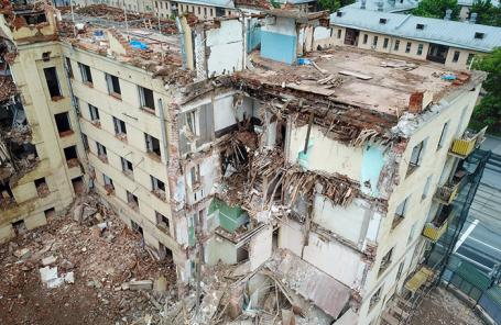 Снос расселенного жилого дома на Русаковской улице по программе реновации столичного жилфонда.
