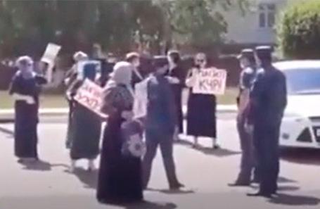Митинг у здания районной больницы в Учкекене.