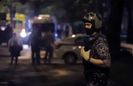 Боец Росгвардии на улице Строителей, где неизвестный открыл огонь по людям.