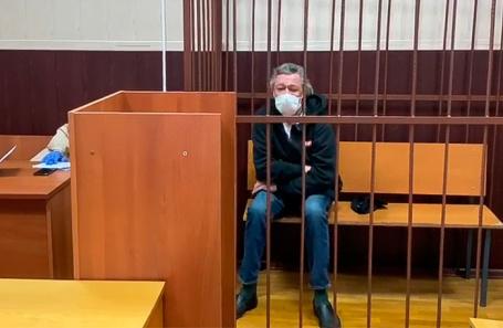 Суд отправил под домашний арест Михаила Ефремова по делу о смертельной  аварии