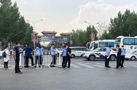 Полицейские у рынка «Синьфади» в Пекине.