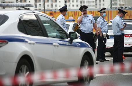 На месте стрельбы на Ленинском проспекте, которую устроил неизвестный мужчина по полицейским.
