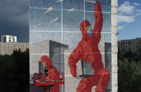 Граффити в поддержку волонтеров, помогающих гражданам во время пандемии коронавируса, в Екатеринбурге.