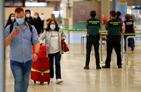 Пассажиры международных рейсов в международном аэропорту Мадрида.