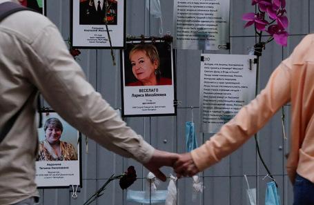 Люди у импровизированного мемориала с портретами врачей, умерших от коронавируса. Санкт-Петербург, июнь 2020 года.