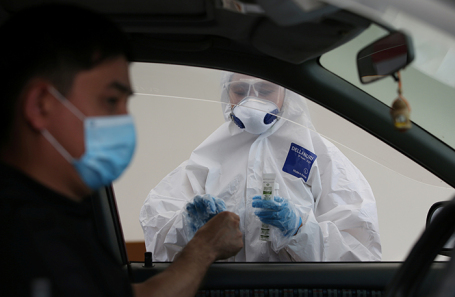 Мобильный пункт тестирования на наличие коронавирусной инфекции COVID-19 в Алма-Ате.