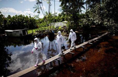 Бригада врачей в одной из деревень бассейна Амазонки. Бразилия.