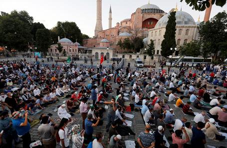 Мусульмане у собора Святой Софии.